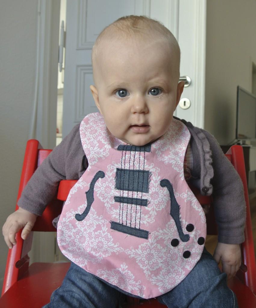 Lätzchen in Gitarrenform von Rosanita Couture http://de.dawanda.com/shop/rosanitacouture