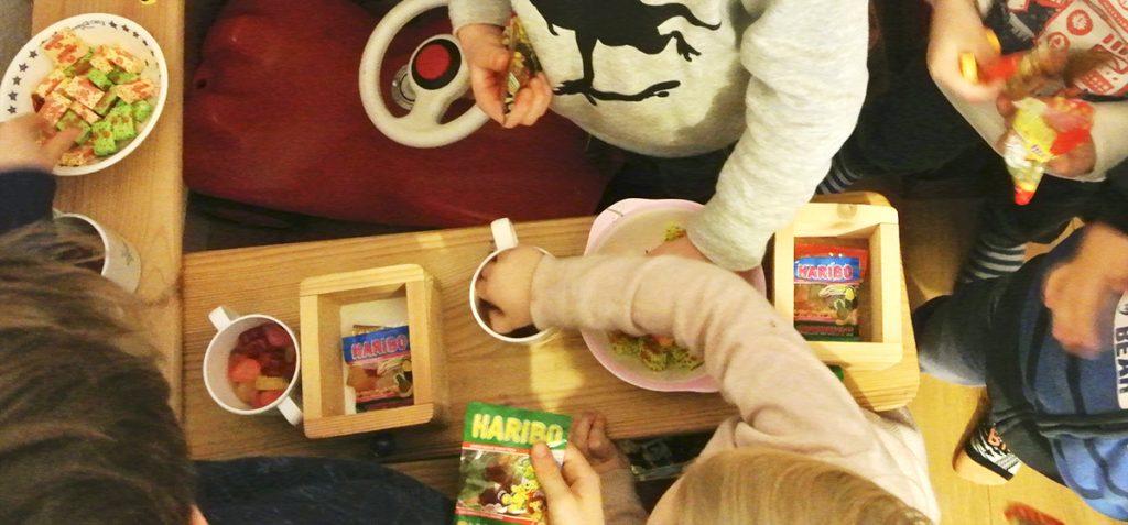 Fühlst du dich von den Vorbereitungen des Kindergeburtstags gestresst? Dann sind diese Tipps und Ideen für einen Kindergeburtstag ohne Stress genau das Richtige für dich! Erfahre, wie du die Einladungen, den Kuchen, die Spiele und das Essen ganz entspannt organisierst. Ich freue mich auf deinen Besuch bei Rosanisiert - dem Blog über Ordnung, Putzen und Glamour.