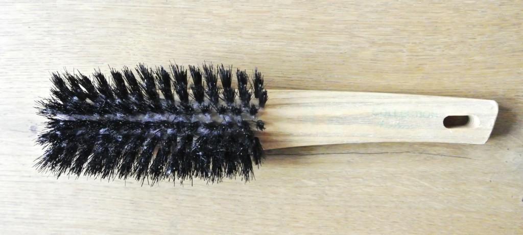 Haarbürsten reinigen mit Rasierschaum | Rosanisiert