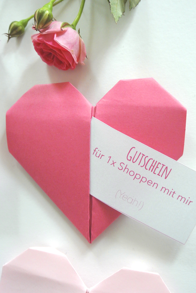 Brauchst du noch eine Last-Minute Geschenkidee für den Valentinstag? Dann sind diese Origami Herzen genau das Richtige für dich. Si lassen sich ganz einfach basteln und du kannst darin süße Liebesbotschaften oder Gutscheine verschenken! Schau dir schnell meine DIY Anleitung an.