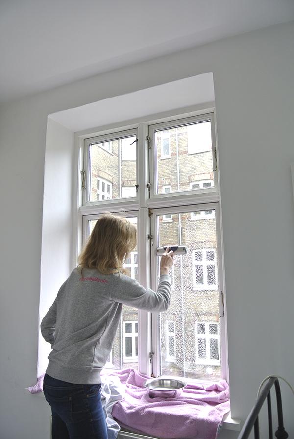 In diesem Beitrag verrate ich euch meine besten Tipps zum Fensterputzen. In fünf einfachen Schritten bringen wir die Scheiben zum Glänzen und putzen einfach und streifenfrei Fenster.